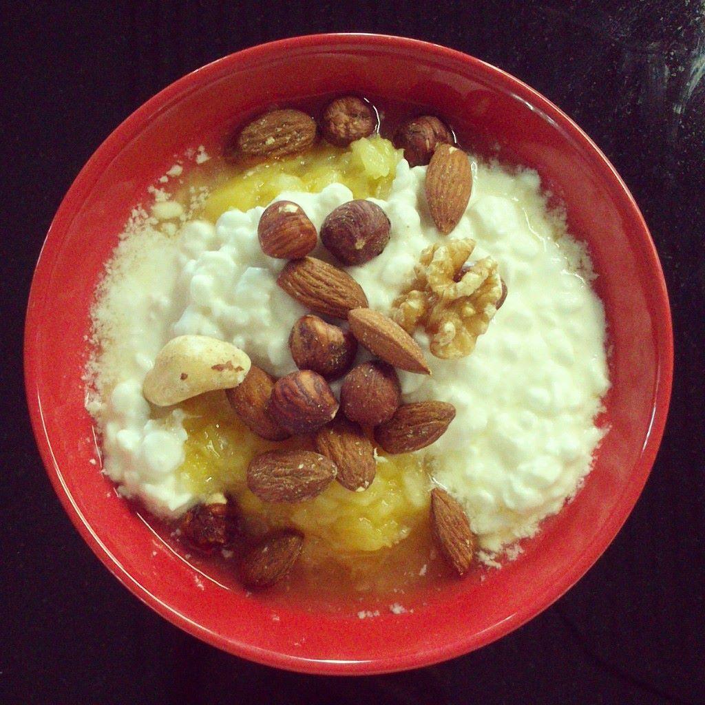 Ananasta, raejuustoa + pähkinöitä = loistava pikaeväs, jonka aineksia voi helposti säilyttää töissä!