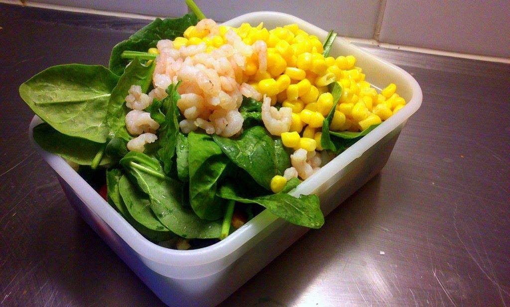 Salaattia - maissi on mun uus rakkaus, jota on löytyny mun lautaselta viimeaikoina usein :) Pinaattivuoren alta löytyy perus kurkku´+tomaatti+salaatti+kananmuna setti.