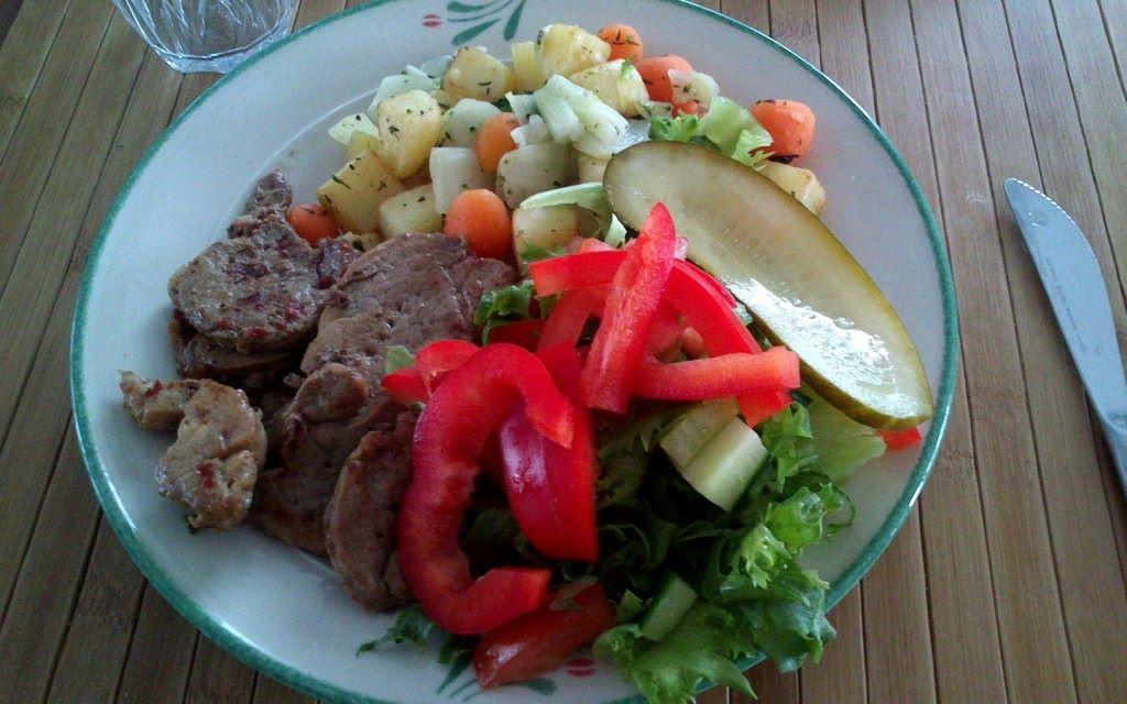 Possupihvejä, salaattia ja uunijuureksia. NAM<3