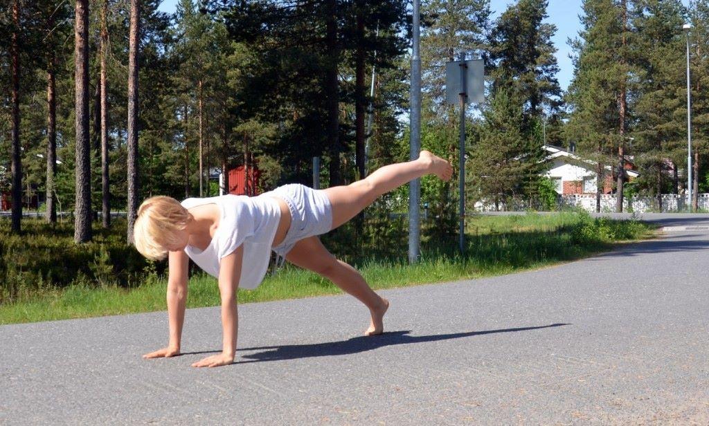 Liike1: polven veto vatsan alta suoraksi taakse. Tässä myös pito toistojen jälkeen!