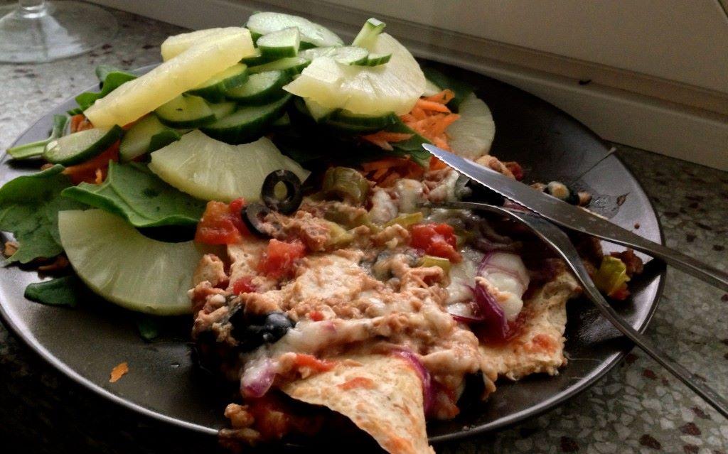 Tonnikalaa, oliiveja, punasipulia ja jalopenoja<3