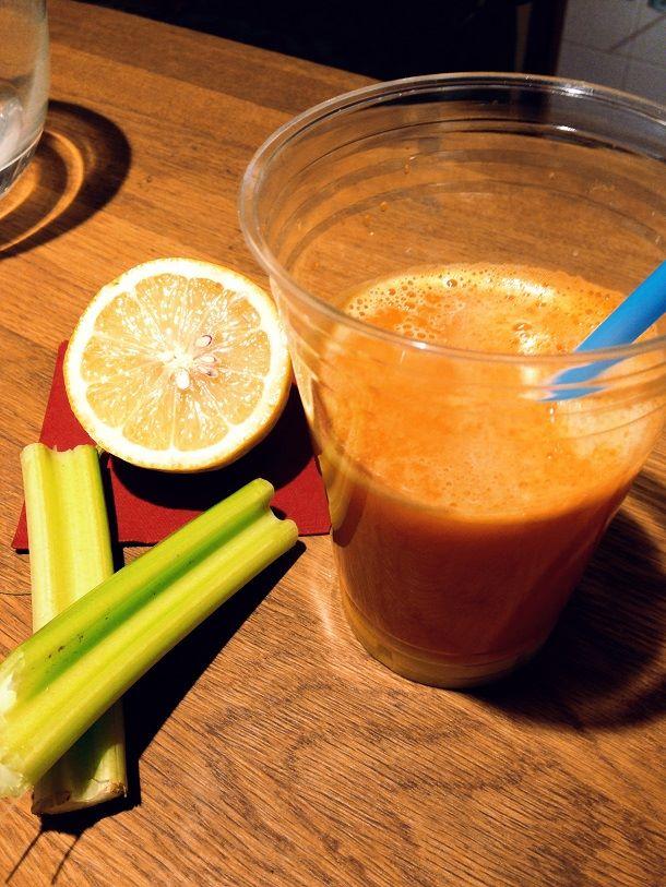 Tuorepuristettu mango-banaani-porkkana-appelsiinimehu
